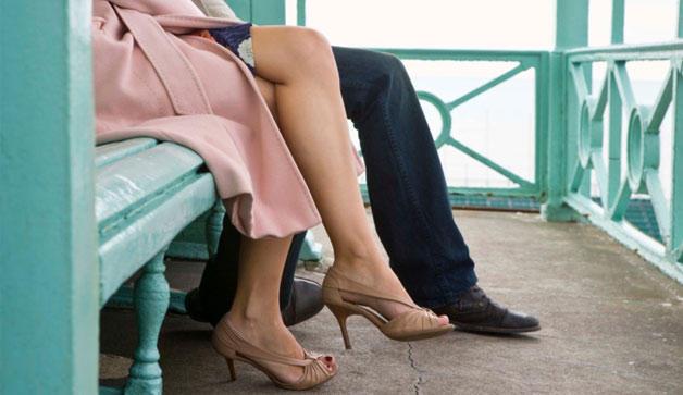 couple-bench-628x363-TS-86497336