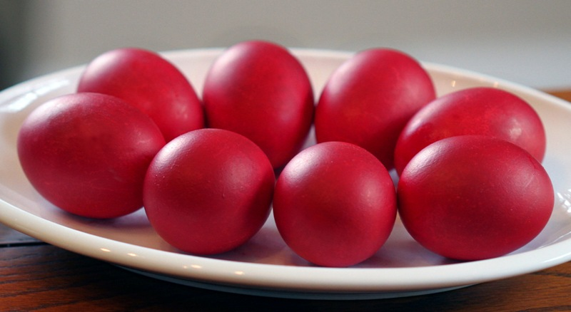 Bojadisuvanje na crveni Veligdenski jajca