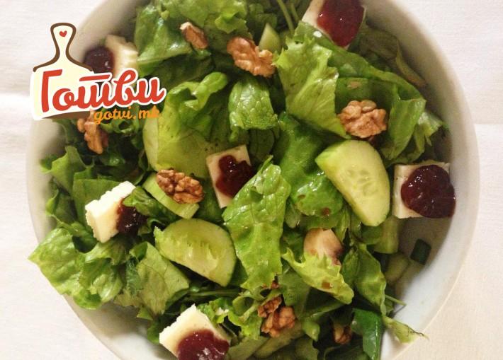 1.Zelena salata so sirenje i dzem od jagodi